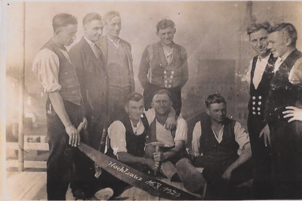 Richtfest Holzhaus 1929 (Schorsch 3 von rechts)